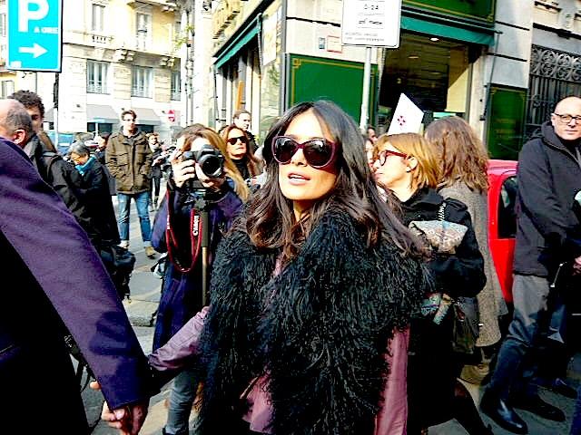 סלמה היאק בדרך לתצוגת האופנה של גוצ'י. שבוע האופנה של מילאנו. צילום: Reuters