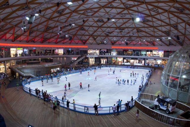 פארק הקרח באילת. משטח קרח אולימפי מוקף חנויות בוטיק ומותגים. (צילום: רוני בלחסן)