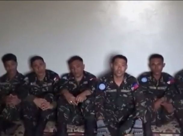 """חיילי האו""""ם החטופים בסרטון ששחררו המורדים (מקור: יו טיוב)"""