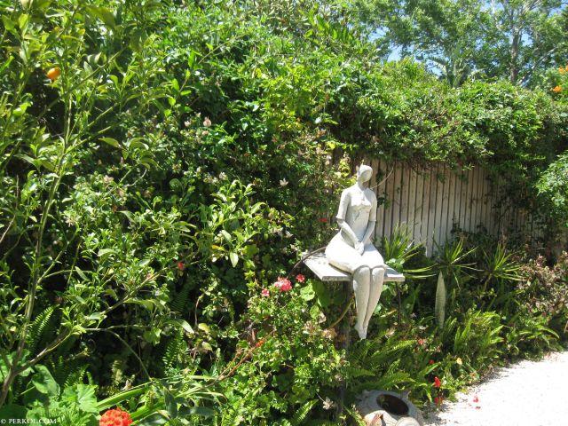 האמנית בתיה גזית שוזרת פסלים