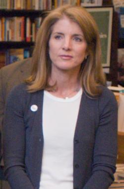 """תמיכה ושכרה: קרוליין קנדי תמונה כשגרירת ארה""""ב ביפן"""
