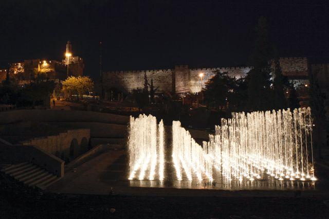 המזרקה על רקע חומת העיר העתיקה. בניית הפארק ארכה כחמש שנים והיא כללה עבודות שימור קפדניות של מבנים ארכיאולוגיים ושרידים היסטוריים חשובים שנחשפו במהלך העבודות