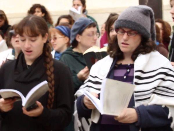נשות הכותל בתפילה עם טליתות