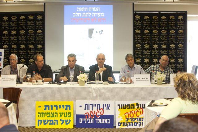"""מסיבת העיתונאים היום. מיכאל פדרמן, במרכז: הגזירה לקיטון וצימצום הצמיחה במשק"""". (צילום: נמרוד אהרונוב)"""