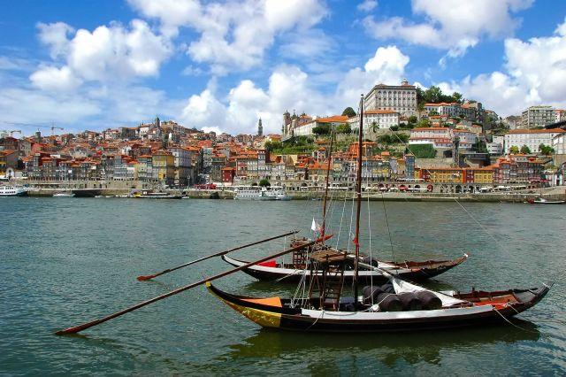 עיר הנמל פורטו בפורטוגל. אשת טורס מציעה טיול מאורגן הכולל ביקור בליסבון, עיירות החוף אשטוריאל וקאשקאיש, פורטו, יער בוסאקו ועוד