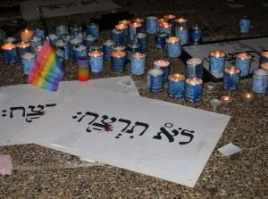 נרות זיכרון בעצרת בכיכר רבין שבוע לאחר פיגוע הירי בבר-נוער (צילום: טל מור יאיר, ויקימדיה)