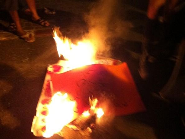 200 מפגינים העלו באש שלטים מול ביתו של לפיד