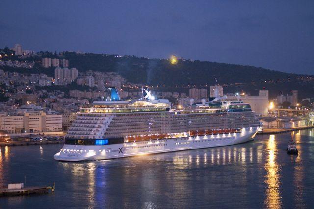 אוניית קרוזים בנמל חיפה. ב-2012 הגיעו בקרוזים יותר מרבע מיליון תיירים, שאמנם סיירו בישראל, אך חזרו לישון באוניה. (צילום: נמל חיפה)