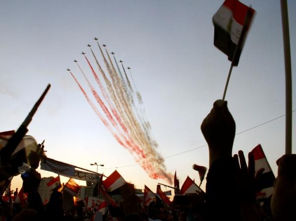 מטוסי הצבא המצרי מפזרים עשן בצבעי הדגל המצרי אתמול מעל כיכר תחריר (מקור: אל אהראם)