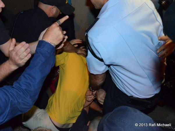 במשחק כדורגל: שוטר הכה שוטר סמוי
