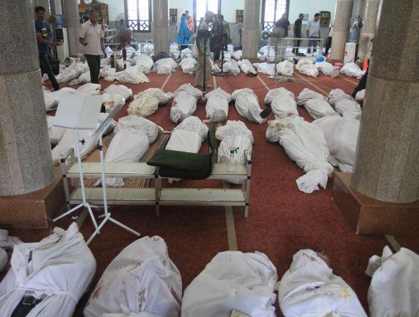 גופות ההרוגים מרוכזות במסגד (צילום בלעדי: מקור בעיתונות המצרית)