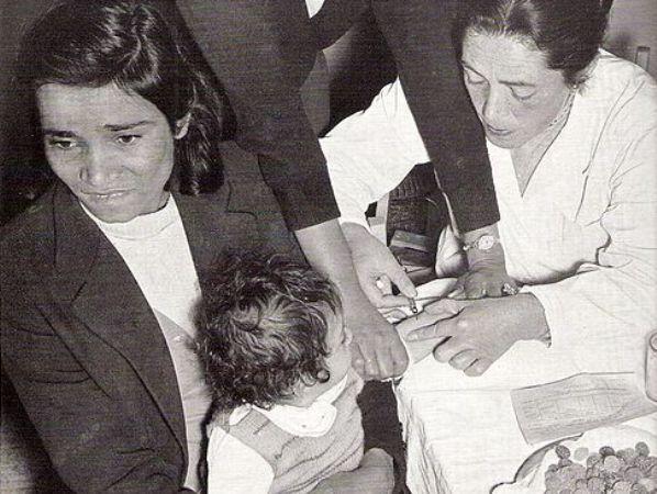 חיסון נגד פוליו בישראל בשנות ה-50 (צילום: ויקימדיה)
