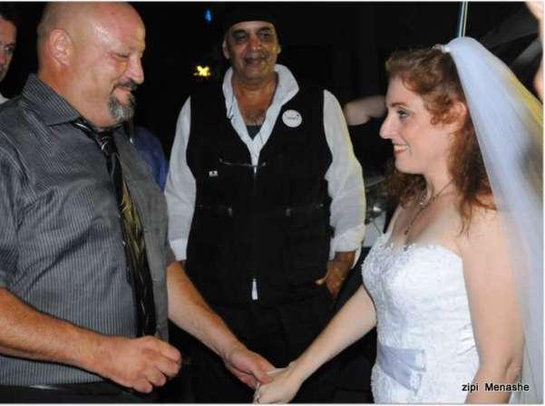 טקס נישואים אזרחי נערך ברחוב מול ביתה של שרת המשפטים