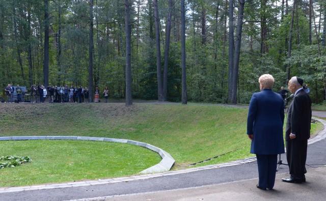 """מול הבור. נשיא המדינה ונשיאת ליטא בטכס האזכרה בפונאר (צילום: משה מילנר/לע""""מ)"""