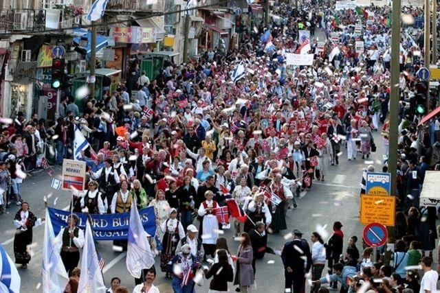 """היום בירושלים: הצעדה המסורתית ו""""ארון הברית"""" הגדול בעולם"""