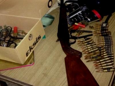 """מיצבור כלי הנשק שנתפסו  (צילום: דו""""צ)"""