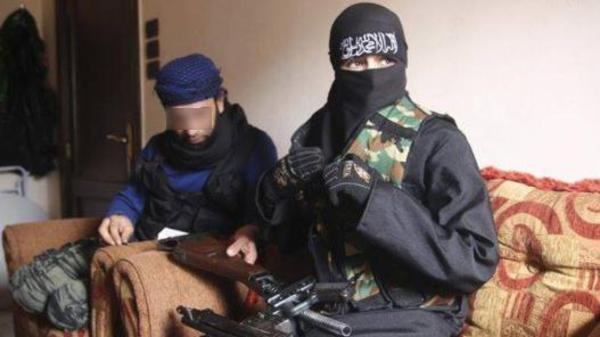 אשה מטוניסיה עם לוחם מוסלמי בסוריה (צילום: רשת אל ערבייה)