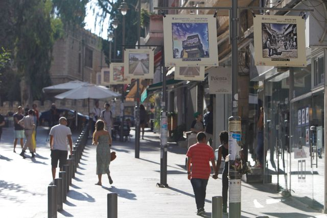 """העיריה החליטה להדפיס את כל התמונות הזוכות, להציבן על עמודי תאורה במדרחוב ש""""ץ ולהפוך את הפעילות לתערוכת אינסטגרם של ממש. (צילום: פלאש 90)"""