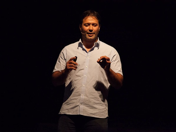 אריק זאבי מרצה על אתגרים בכנס טד (צילום: ענבל כהן-חמו)