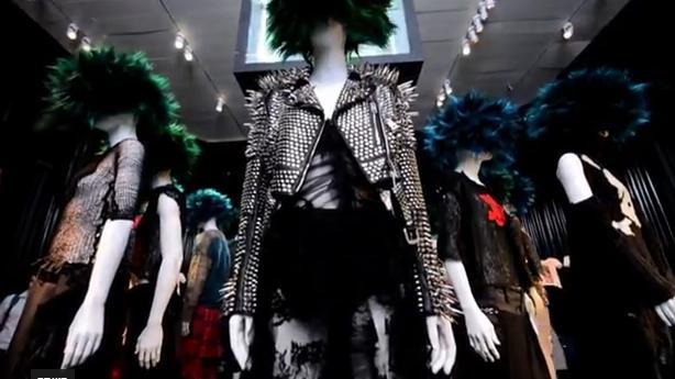 מעילי עור עם ניטים, חולצות רשת ושיער קוצים צבוע- מאפייני סגנון ה