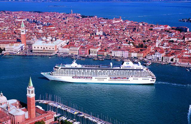 אוניה על רק ונציה. מסוף 2014 ייאסר על האוניות הגדולות לעגון בנמל ונציה. לך נוסף קיצוץ במספר אוניות הקרוז באירופה בכלל