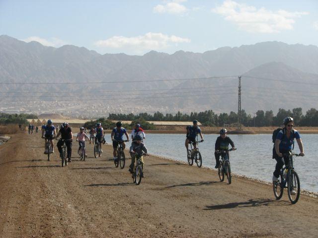 רוכבים על אופניים בשביל סובב אילת. הספורט אמור למנף את התיירות לעיר אילת