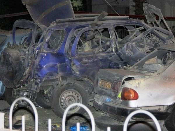 המכונית לאחר הפיצוץ. אזור פיגוע (צילום: משטרת ישראל)