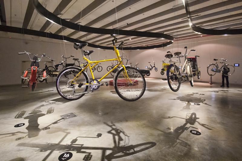"""100 זוגות אופניים אייקוניים בתערוכה חדשה """"ללא מעצורים"""""""