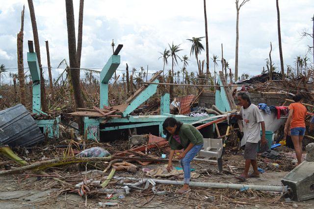 הנזק בטקלובן שבאיי הפיליפינים כתוצאה מטייפון היאן (ויקימדיה)