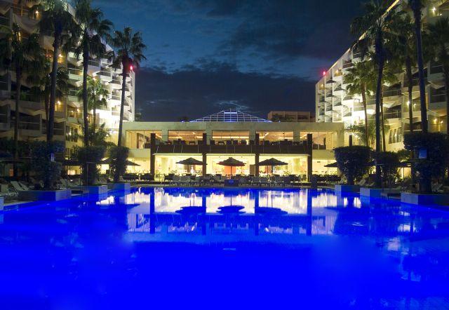 מלון מרידיאן אילת בלילה. שבועיים זולים יותר, יחסית. (צילום: אורי טלניר)