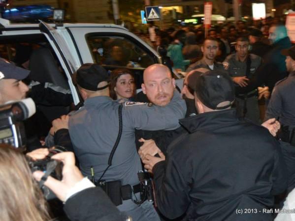 נחסמים על ידי כוחות משטרה בדרכם לכיכר רבין. הפליטים (צילום: רפי מיכאלי)