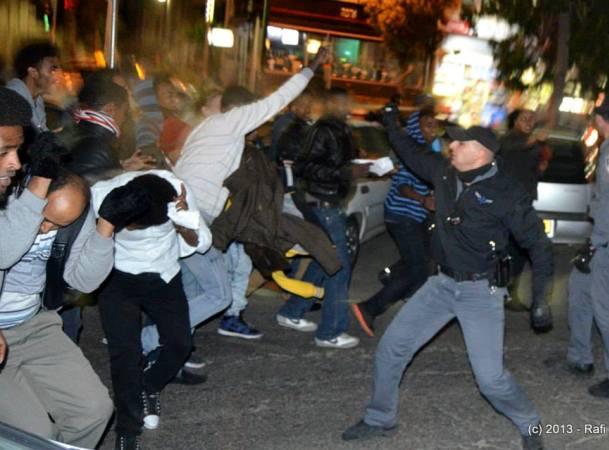 שוטר מרסס גז פלפל על מפגינים (צילום: רפי מיכאלי)