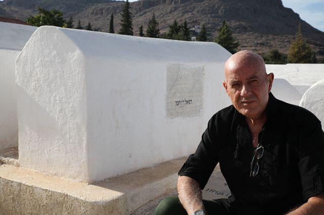 אבא ליד קבר בן משפחה בספרו. (צילום: ענבל כהן חמו)