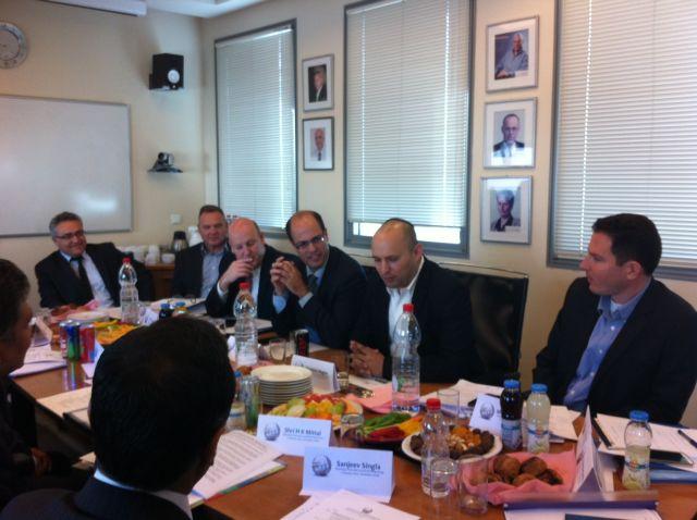 שר הכלכלה נפתלי בנט ומימינו המדען הראשי אבי חסון, בדיונים עם המשלחת ההודית