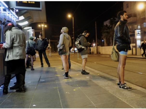 מאלתרים: מפשילי מכנסיים ברכבת הקלה
