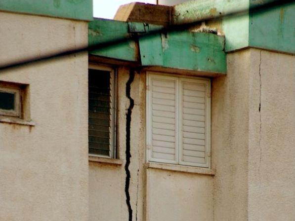 נזק לבניין מרעידת אדמה בישראל 2011 (צילום: אפי אליאן GFDL, ויקימדיה)
