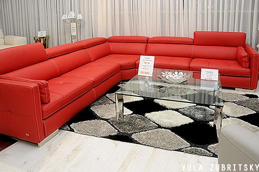 מערכת ישיבה גדולה בצורה ר'. כתם צבע בולט בסלון. צילום: יולה זובריצקי