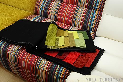מבחר צבעים של בדים ליחידות המערכת. צילום: יולה זובריצקי