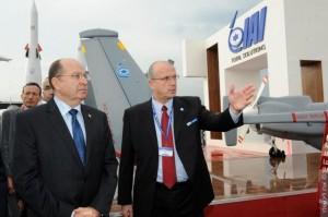 """מנכ""""ל התעשייה האווירית יוסי וייס מציג לשר הביטחון משה (בוגי) יעלון מל""""טים"""