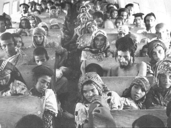עולים תימנים במטוס בדרכם לישראל במבצע מרבד הקסמים, 1949-50 (מקור: ויקימדיה)