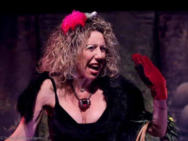 מיוריאל תלמי כמלכה הרעה המנסה לפגוע בשילגיה. צילום ענבל כהן-חמו