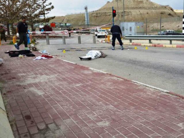 גופתו של השופט מוטלת במעבר אלנבי (צילום רשות שדות התעופה)