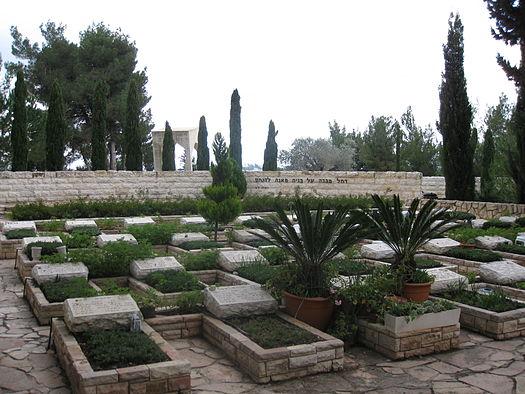 """בית הקברות הצבאי בהר הרצל. """"האבנים הלבנות צועקות מן האדמה"""" (צילום: ויקיפדיה)"""
