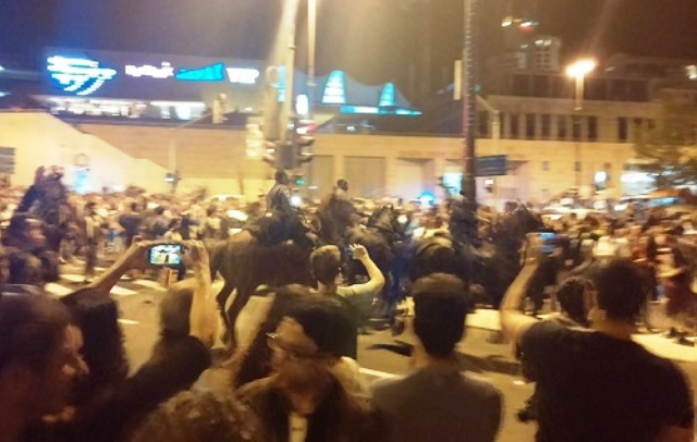 דוחקים את המפגינים מהצומת (צילום מסך)