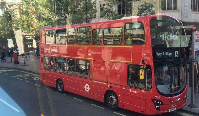 ביקור בלונדון בלי סיור באוטובוס עם גג פתוח ברחבי העיר, הוא לא ביקור. (צילום: נטלי שוחט)