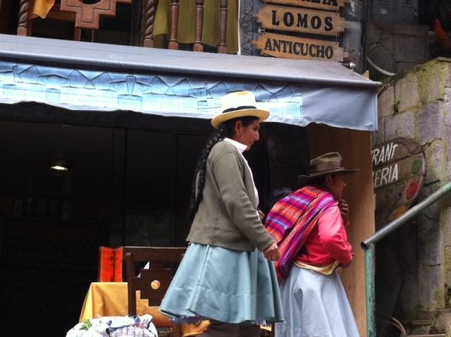 צ׳ולות בדרך לשוק בעיירה מצ׳ו פיצ׳ו. טיול במכמני פרו. (צילום: ענת מנדל)