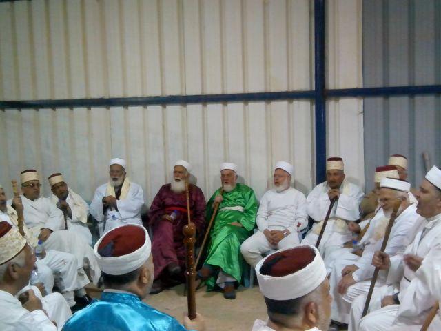 כולם לבושים בגלימה לבנה וכיסוי ראש,  ורק כוהני הדת, זקני העדה בני משפחת כהן, לבושים בגלימה צבעונית. (צילום: אורי מלצר)