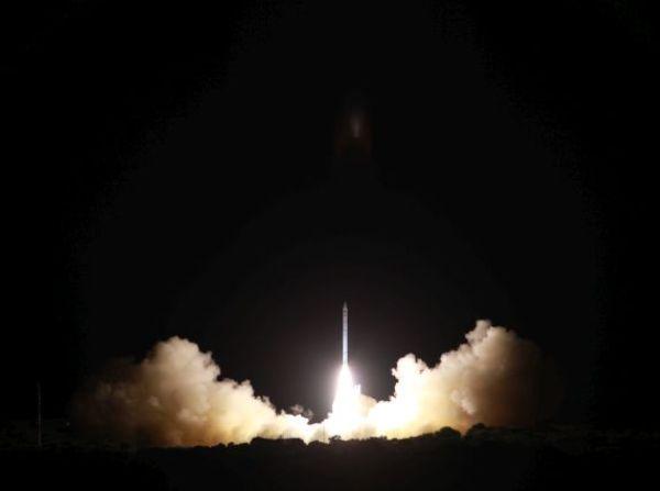 """רגע השיגור של משגר שביט, הנושא את לוויין אופק 10 (צילום: משרד הביטחון, תע""""א)"""
