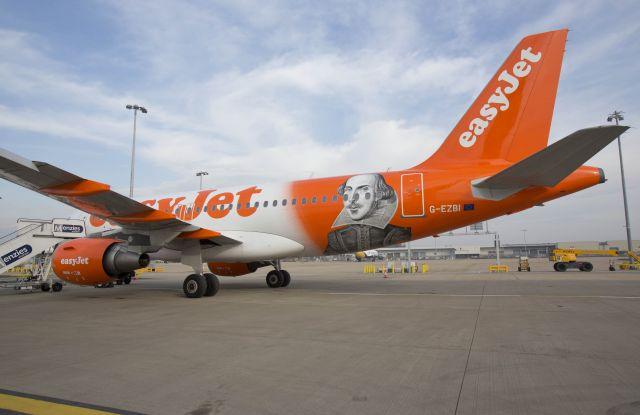 מטוס איזי ג'ט שבו הוצגו מחזותיו בזמן טיסה מלונדון לאיטליה. צילום: איזי ג'ט