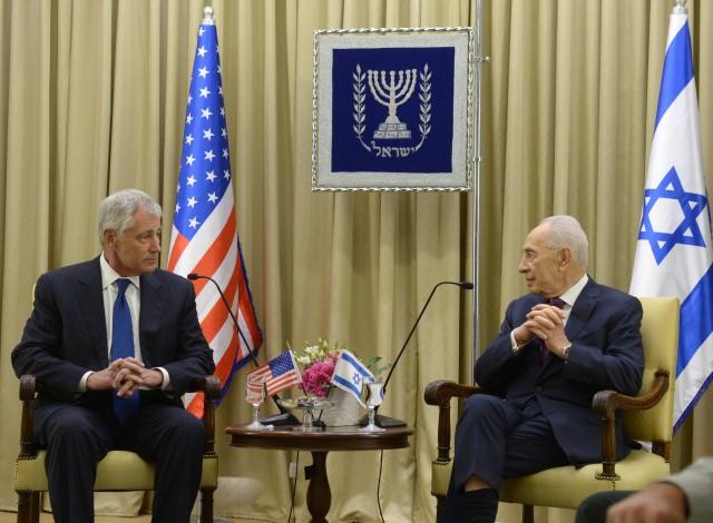 """""""ארה""""ב צריכה להיות משכינת השלום של העולם"""". שמעון פרס וצ'אק הייגל (צילום: עמוס בן גרשום/לע""""מ)"""